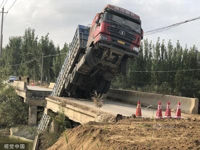 山东滨州:大货车压塌限重桥梁