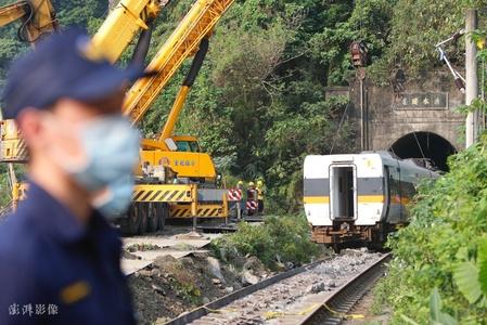 台湾脱轨事故列车损毁车厢被吊起并移出隧道