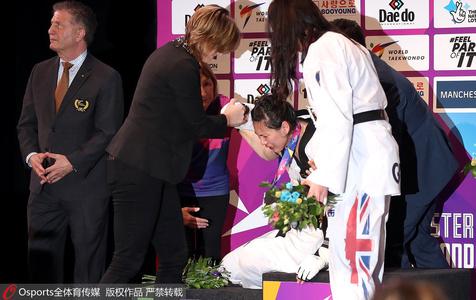 郑姝音遭争议判罚丢金 领奖台痛哭瘫倒在地
