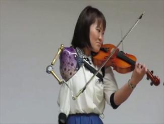 残疾女子义肢拉小提琴