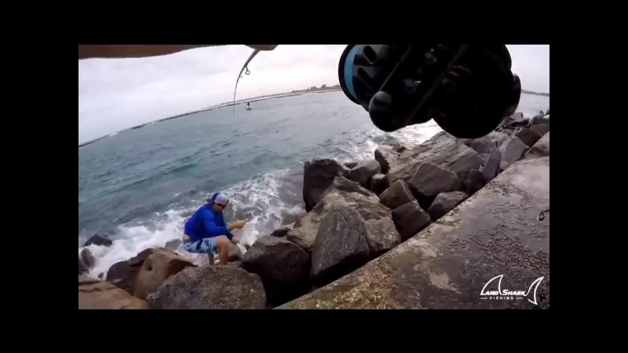 近海岸边连续路亚钓到两条大鱼,这垂钓资源真不错!