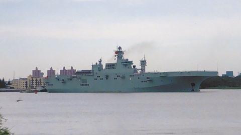 当美国拆除好人理查德号时,中国075型两栖攻击舰开始了首次海试