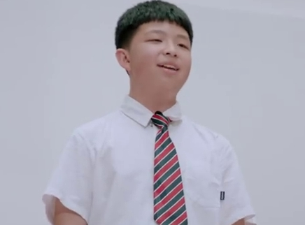 可爱少年为男生学跳傣族舞发声