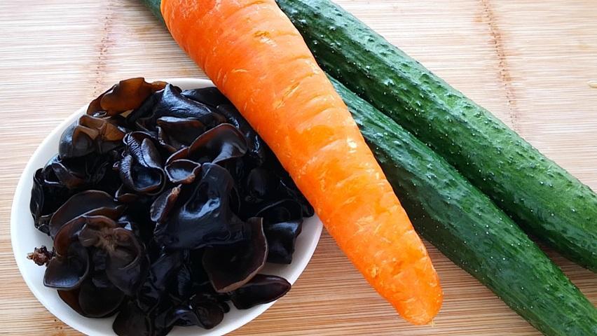 木耳胡萝卜别再炒着吃了,加2根黄瓜,做出的美味饭店都吃不到