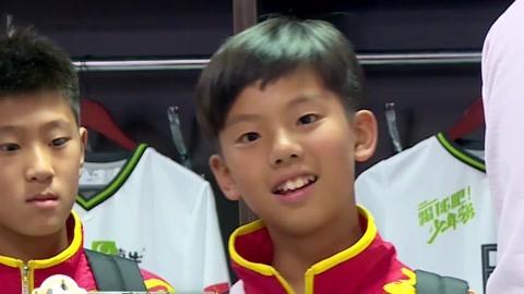 踢球吧!少年强之张家鸣身穿十号球衣 少年们对战俄罗斯大获全胜