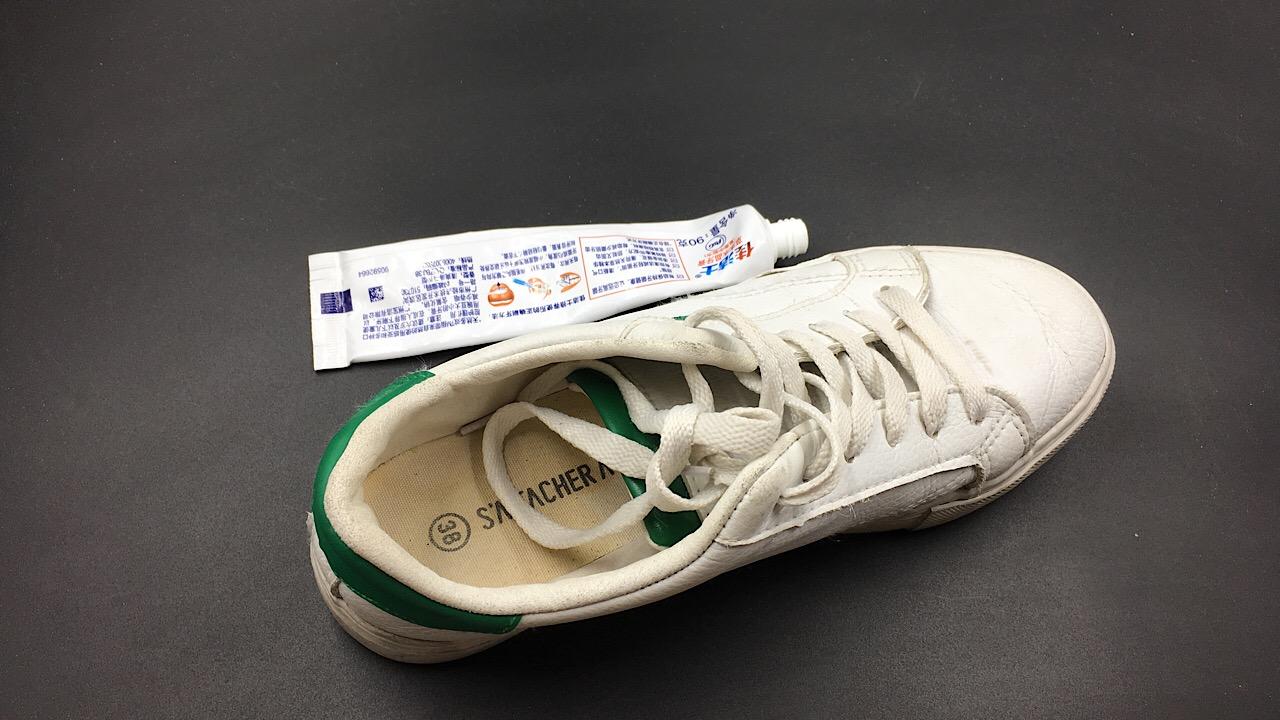 原来把牙膏抹在鞋子上,解决了很多人的烦恼,又学到了一招