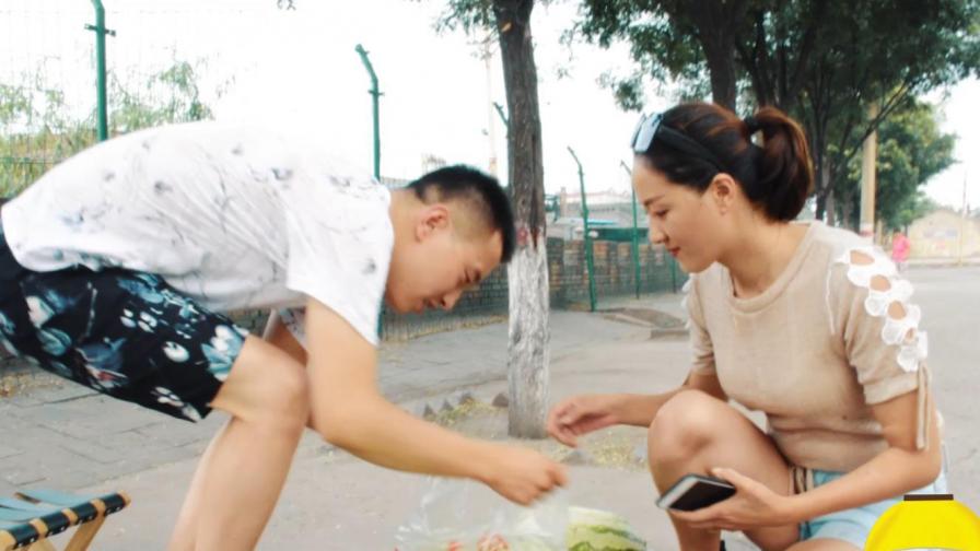农村小伙卖西瓜,不熟不要钱,看美女如何不花钱带走一颗西瓜?