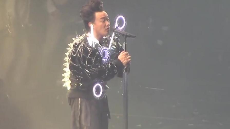 """台下都是韩国明星,华人歌手一开口:不好意思我是来""""砸场子""""的"""
