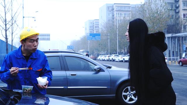 打工小伙在宝马车边吃饭,车主看见后的举动从很生气变得很暖心