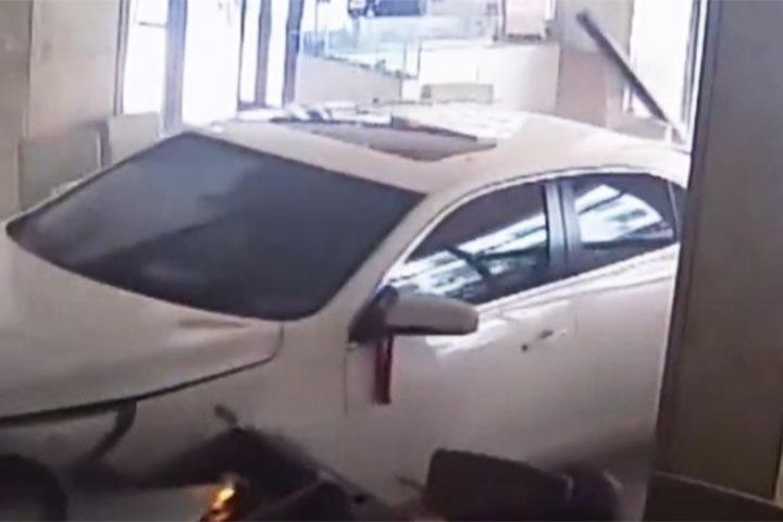 菜鸟司机开新车冲进火锅店,店内几人与死神擦肩而过