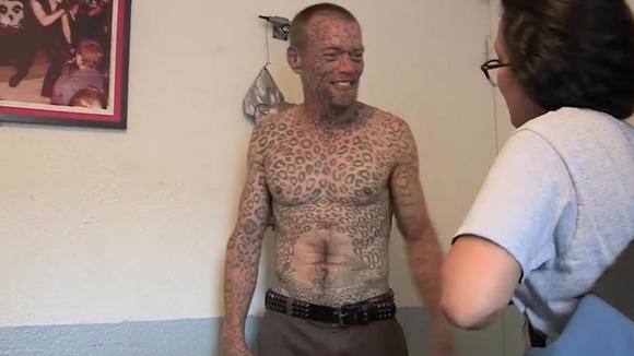 小哥为了纹身无所畏惧,卖房子卖车子,就是想把自己变成金钱豹