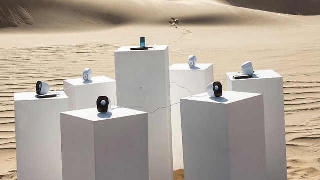 艺术家在非洲沙漠中安放装置艺术
