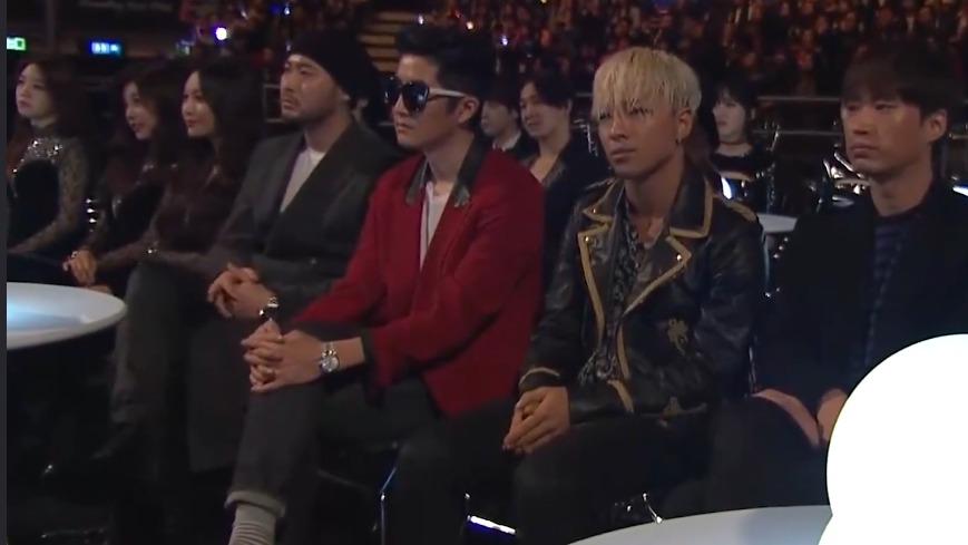 台下坐着一堆韩国明星,中国歌手开口就王炸,没错是来砸场子的!