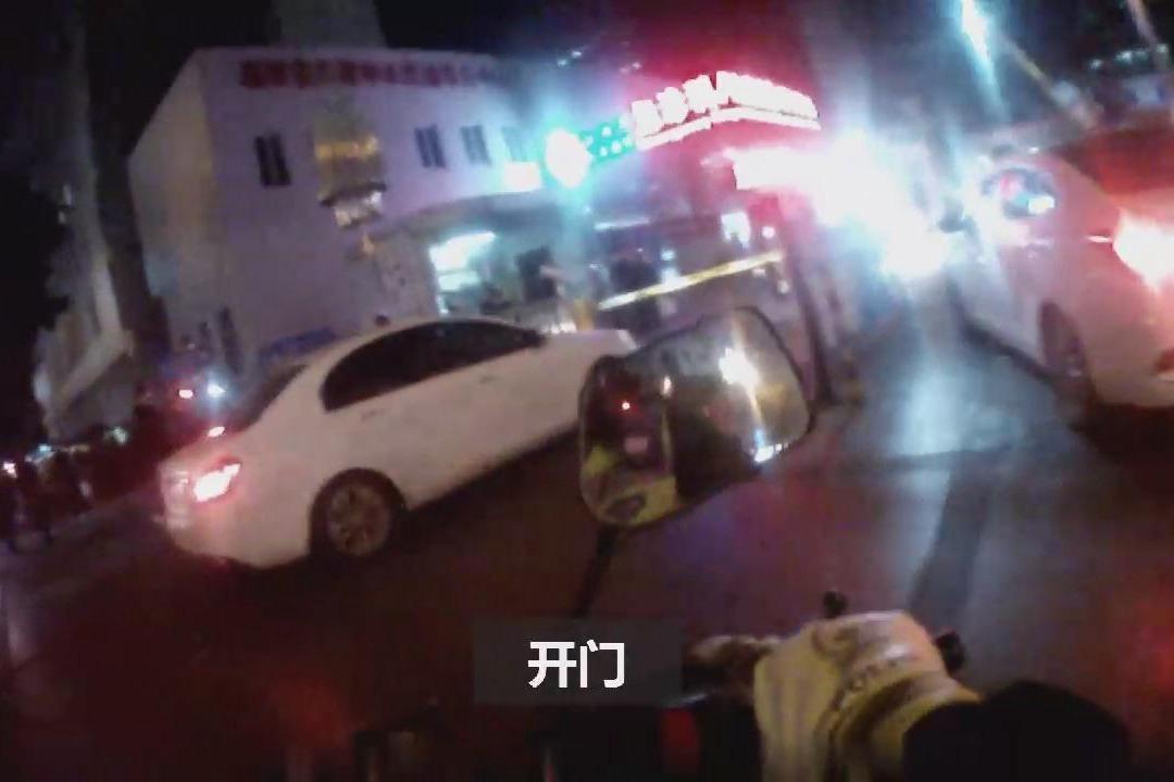 救护车载高坠命危男子急救被堵 交警组阵型车队连闯5公里红灯开路