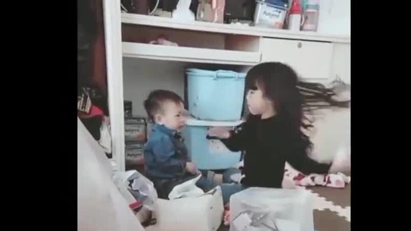 打弟弟要趁早!二胎儿子每天拽姐姐头发,每次都被打哭!