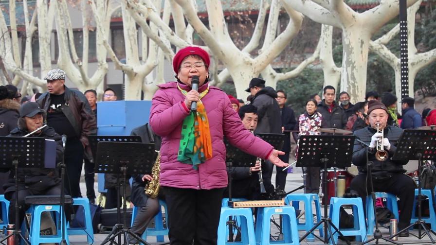 厉害啊,50岁大妈公园演唱《下马酒之歌》独特的嗓音,堪比原唱!