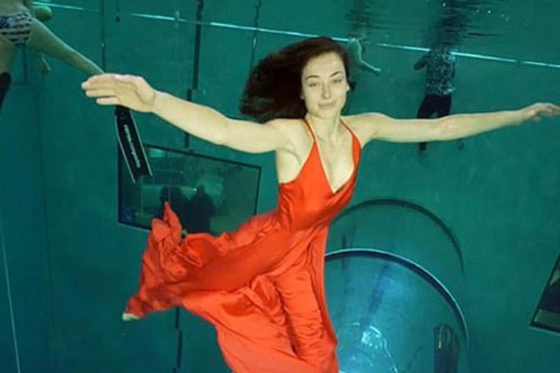牛人!在世界最深的泳池表演双人舞,憋气3分28秒刷新吉尼斯纪录