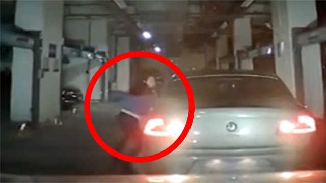 惊魂39秒!女司机挂错档撞车又撞墙
