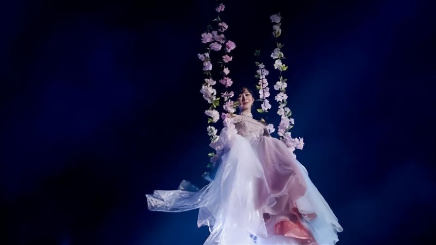 杨紫一袭纱裙演唱《不染》,出场就被惊艳,嗓音不输专业歌手