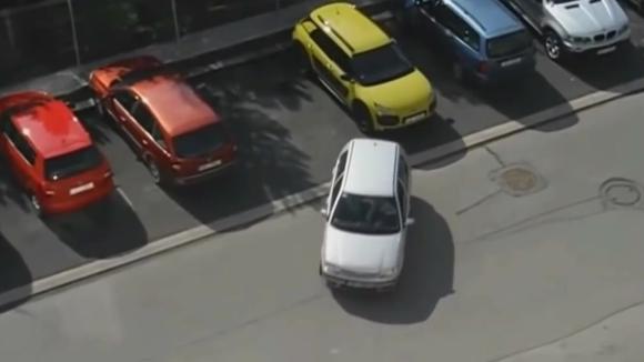 女司机倒车 看不下去了!看你怎么出来