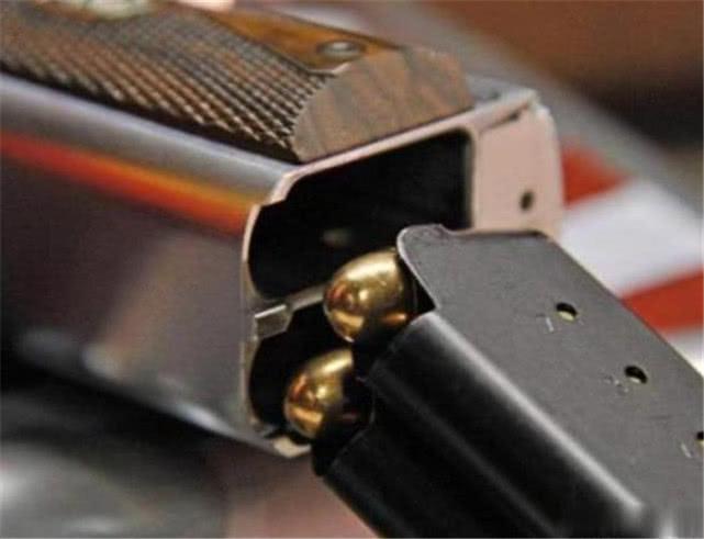 """天龙八部私服轮回版本这款奇葩手枪,弹匣容量有50发子弹,而且还有一个""""鸡肋""""设定"""