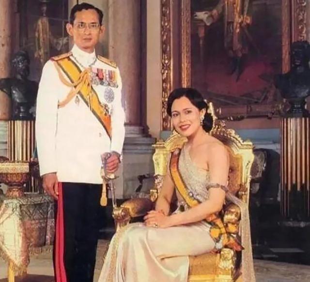 天龙八部私服发布网站诗丽吉双手插兜,让国王老公全程挽她,这驭夫之道苏提达全学会了