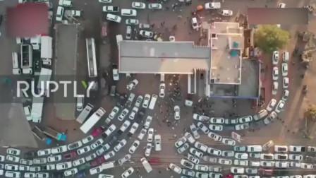 因疫情封锁,喀土穆加油站外,成千上万的车队等待加油!